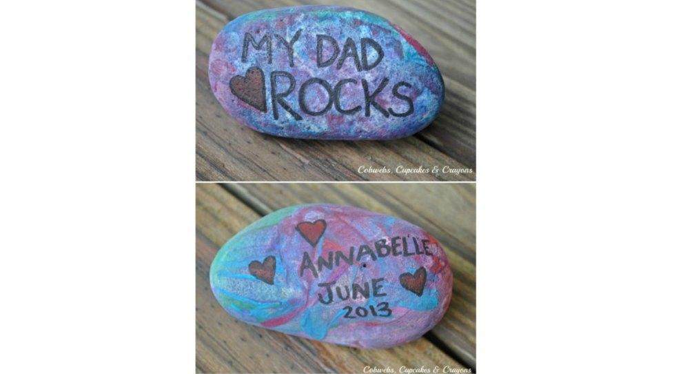 メッセージが書かれ、色付けされた石