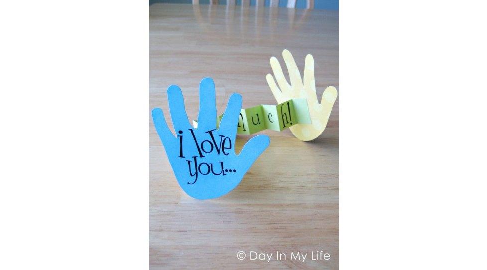 手形の紙の間に「これくらい大好き」と書かれたメッセージカード