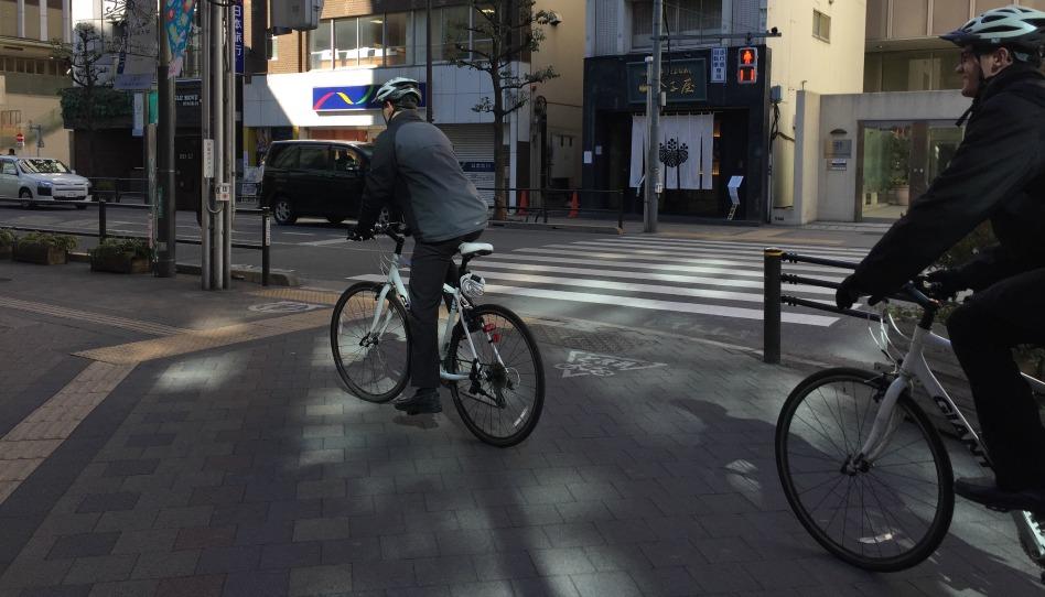 自転車に乗って伝道する宣教師二人組
