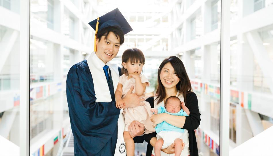 岡田圭君の卒業を祝う家族