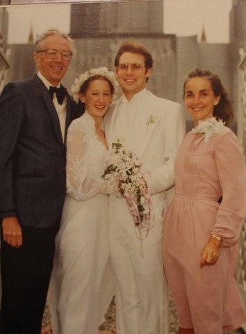 神殿の前に立つ花嫁姿のチャールズ・シュルツの娘と家族