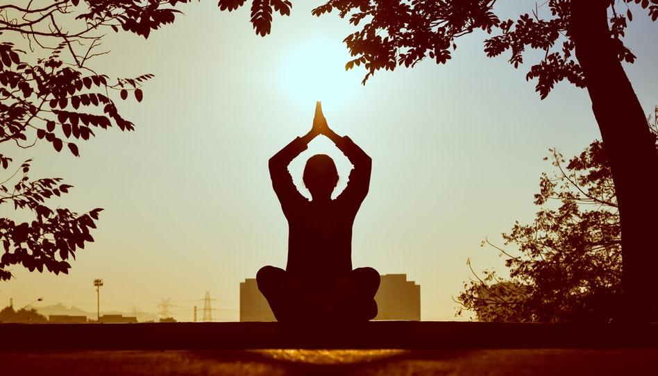 瞑想を行う女性