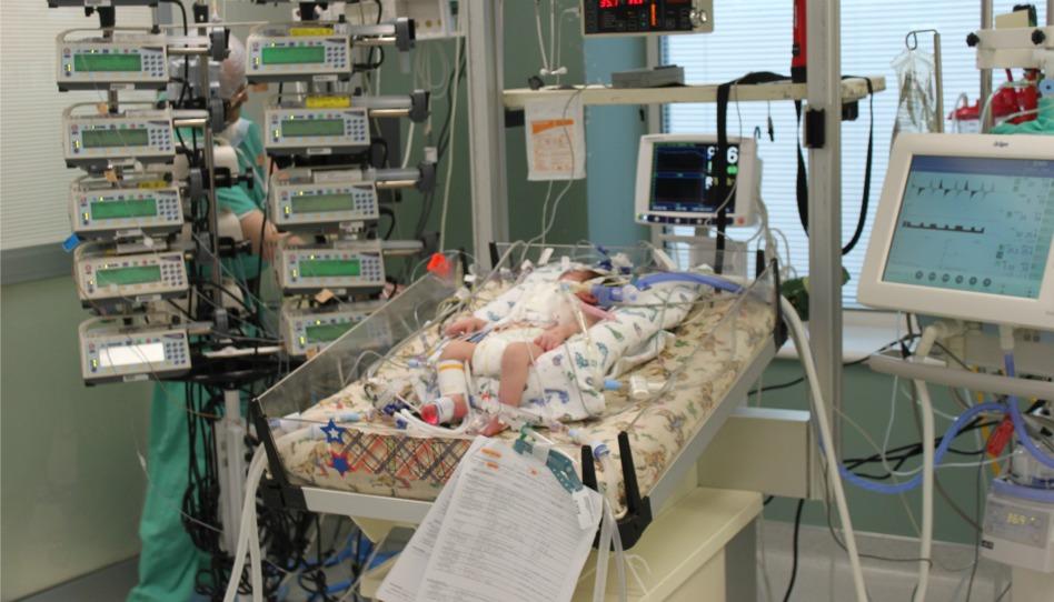 たくさんの管に繋がれる赤ちゃん