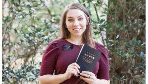 日本語のモルモン書を持った外国の姉妹宣教師