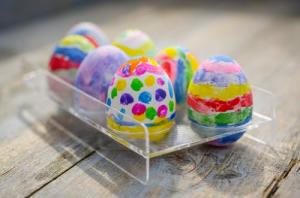 色とりどりに塗られた卵