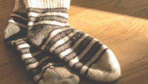 茶色のストライプの床に落ちた靴下