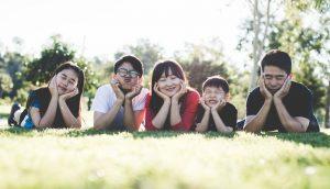 芝生にゴロンと並ぶ家族