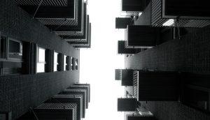 アパートの下から見上げる