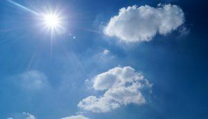 太陽が降り注ぐ夏空
