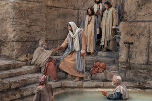 病人に手を差し伸べるキリスト