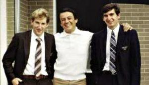マフィアだったマリオ改宗に導いた宣教師2人と肩を組んで笑顔で記念撮影