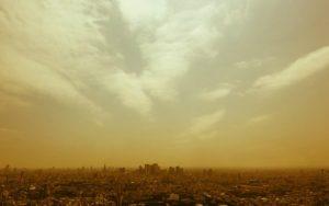 黄色がかった街の上に広がる空の写真