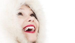 ファー付きフードをかぶり笑顔の女性
