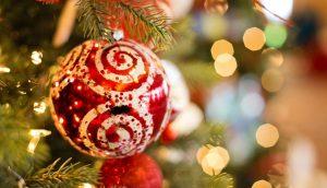 光の中ツリーにつるされたクリスマスオーナメント