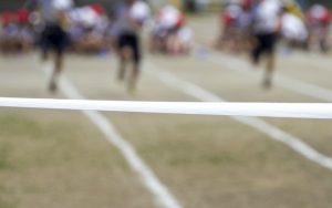 小学校と競争でゴールに張られたゴールテープ