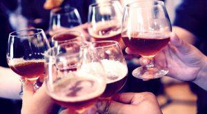 ワイングラスを持ってみんなで乾杯している